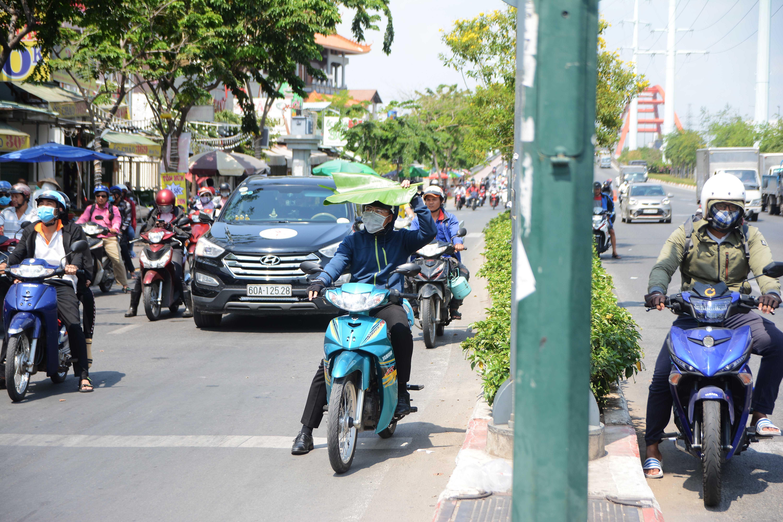 Người Sài Gòn chịu đựng nóng chưa từng có: Chống nóng ngộ nghĩnh, coi chừng phạm luật Ảnh 4