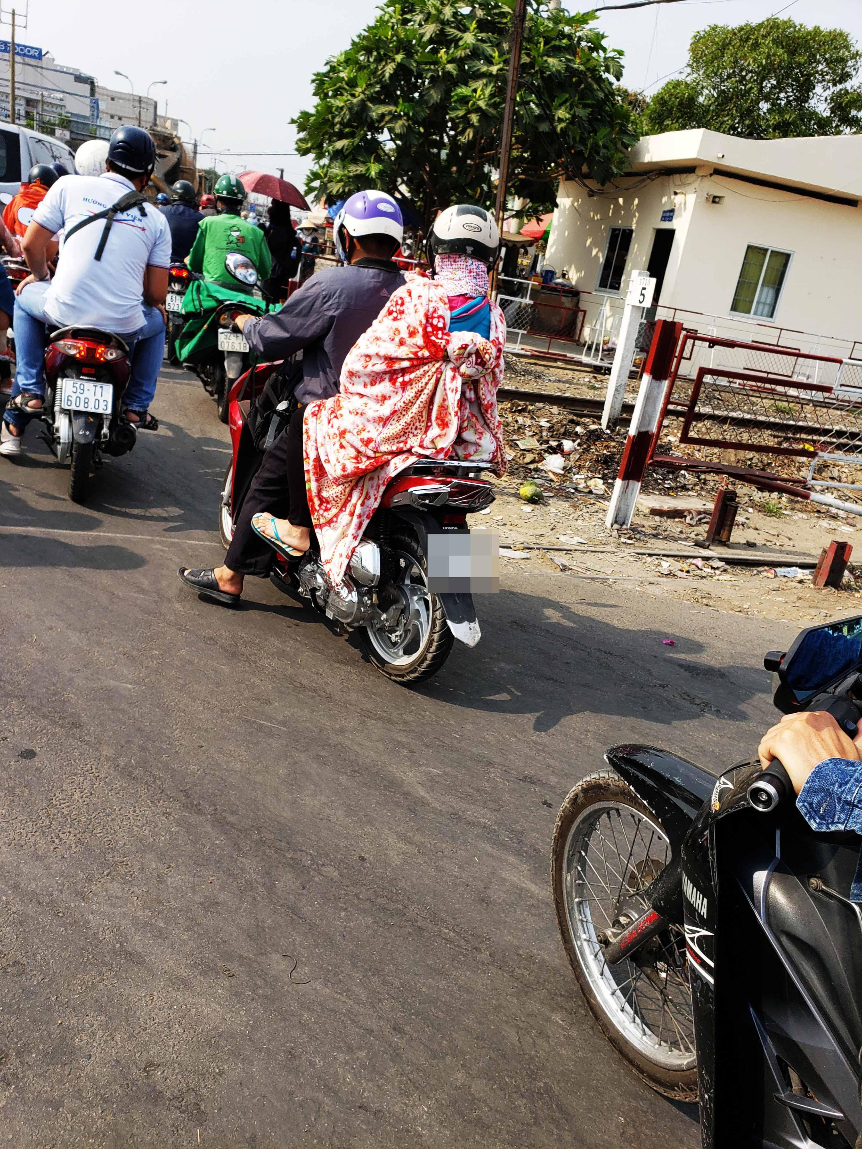Người Sài Gòn chịu đựng nóng chưa từng có: Chống nóng ngộ nghĩnh, coi chừng phạm luật Ảnh 6
