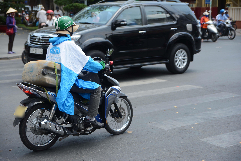 Người Sài Gòn chịu đựng nóng chưa từng có: Chống nóng ngộ nghĩnh, coi chừng phạm luật Ảnh 5