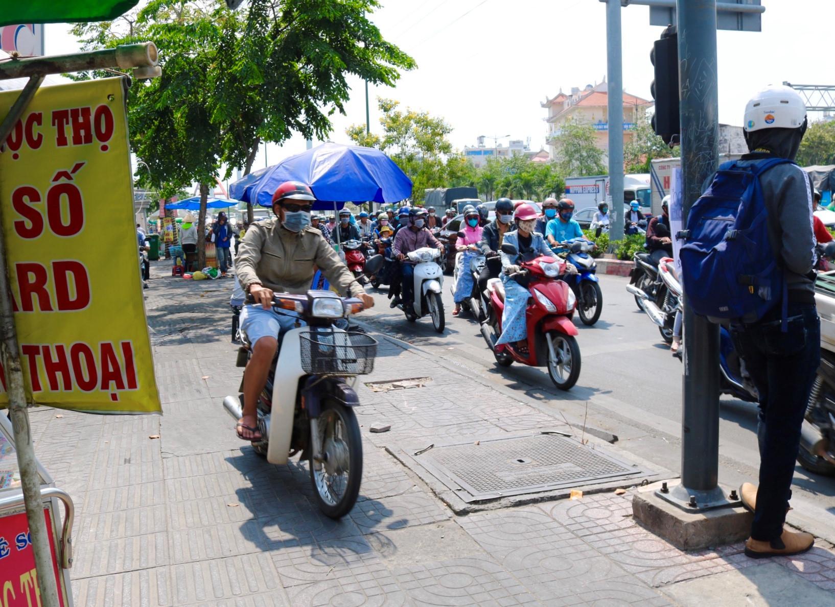 Người Sài Gòn chịu đựng nóng chưa từng có: Chống nóng ngộ nghĩnh, coi chừng phạm luật Ảnh 15