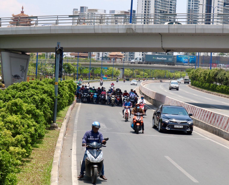 Người Sài Gòn chịu đựng nóng chưa từng có: Chống nóng ngộ nghĩnh, coi chừng phạm luật Ảnh 11