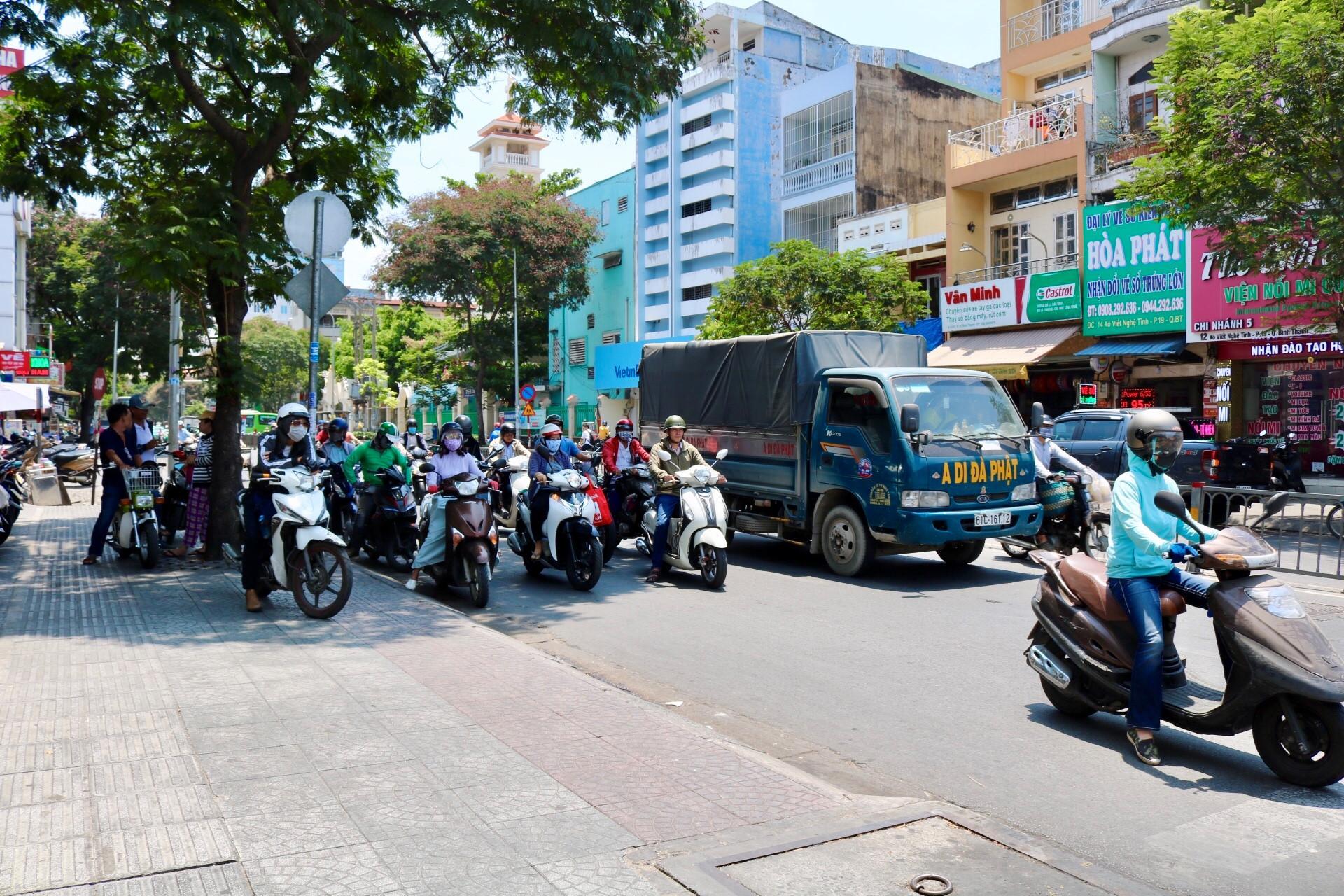 Người Sài Gòn chịu đựng nóng chưa từng có: Chống nóng ngộ nghĩnh, coi chừng phạm luật Ảnh 1