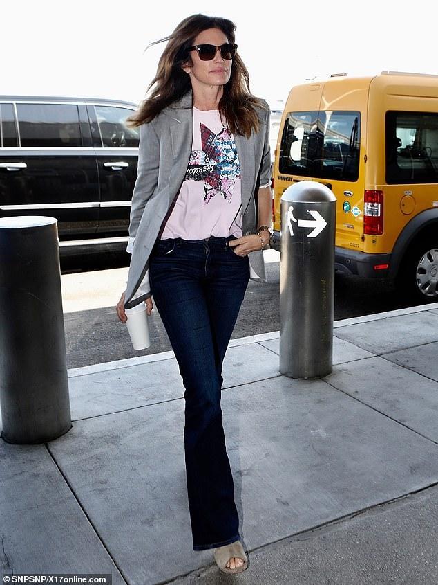 Siêu mẫu Cindy Crawford ăn vận giản dị, tự tin để mặt mộc khi đến sân bay Ảnh 1