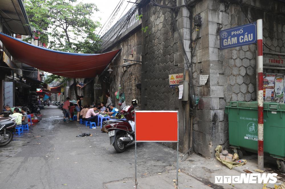 Vòm cầu đá trăm tuổi được đục thông trên phố cổ Hà Nội Ảnh 1