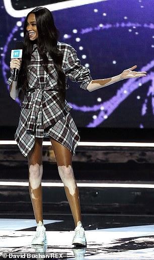 Siêu mẫu bạch biến Winnie Harlow mặc trẻ trung tự tin thuyết trình Ảnh 3
