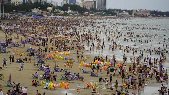 Bãi biển đông nghịt người, khách sạn 'cháy phòng' trong dịp nghỉ lễ 30/4 Ảnh 8