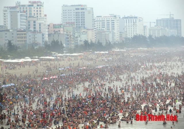 Bãi biển đông nghịt người, khách sạn 'cháy phòng' trong dịp nghỉ lễ 30/4 Ảnh 3