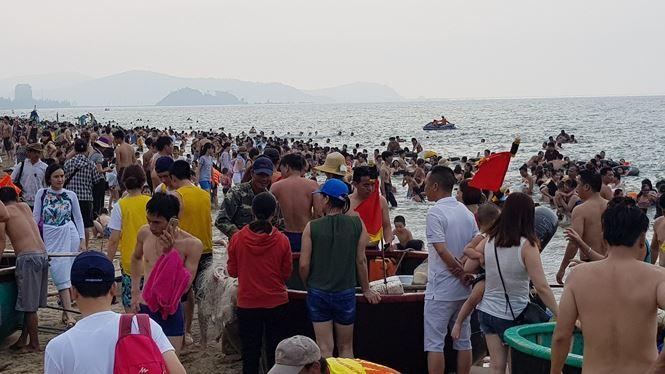 Bãi biển đông nghịt người, khách sạn 'cháy phòng' trong dịp nghỉ lễ 30/4 Ảnh 6