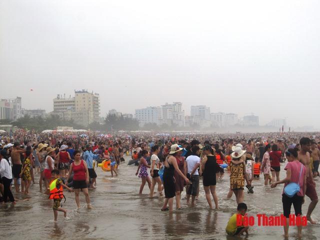 Bãi biển đông nghịt người, khách sạn 'cháy phòng' trong dịp nghỉ lễ 30/4 Ảnh 4
