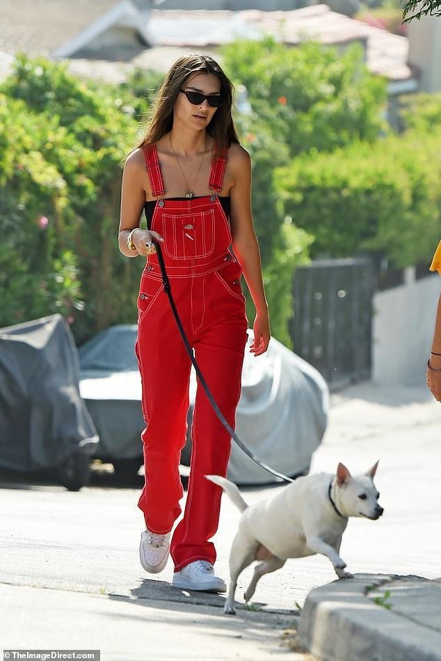 'Chân dài' Emily Ratajkowski diện quần yếm đỏ dắt thú cưng đi dạo phố Ảnh 1
