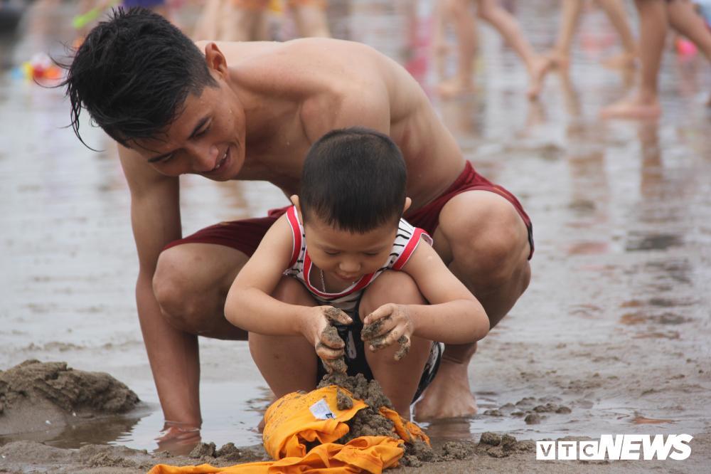 Biển Sầm Sơn đục ngầu, hàng vạn người vẫn chen chúc xuống tắm Ảnh 10