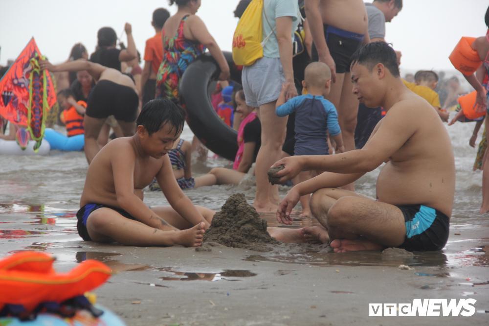 Biển Sầm Sơn đục ngầu, hàng vạn người vẫn chen chúc xuống tắm Ảnh 13
