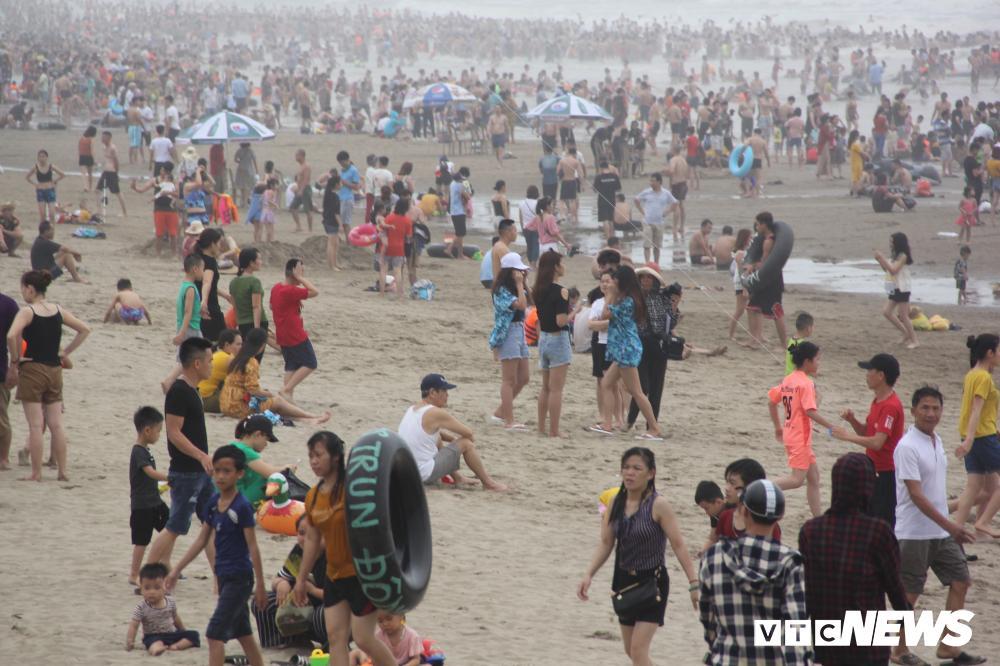 Biển Sầm Sơn đục ngầu, hàng vạn người vẫn chen chúc xuống tắm Ảnh 2