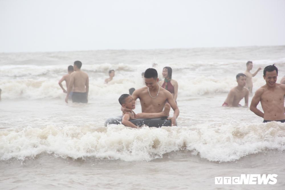 Biển Sầm Sơn đục ngầu, hàng vạn người vẫn chen chúc xuống tắm Ảnh 9