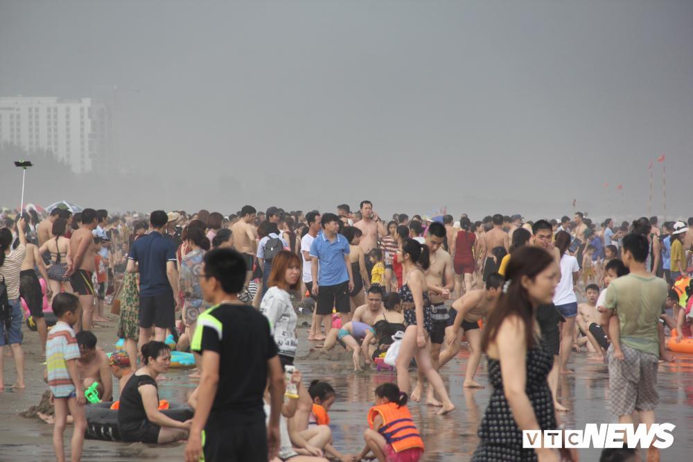 Biển Sầm Sơn đục ngầu, hàng vạn người vẫn chen chúc xuống tắm Ảnh 15