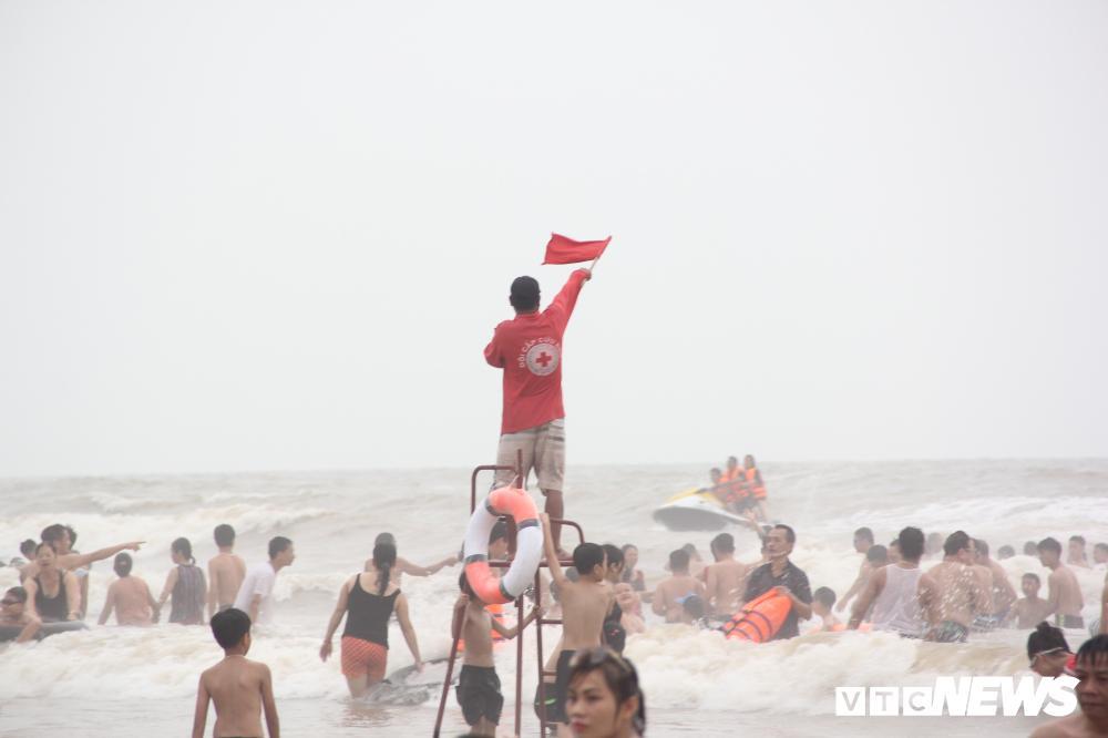 Biển Sầm Sơn đục ngầu, hàng vạn người vẫn chen chúc xuống tắm Ảnh 6