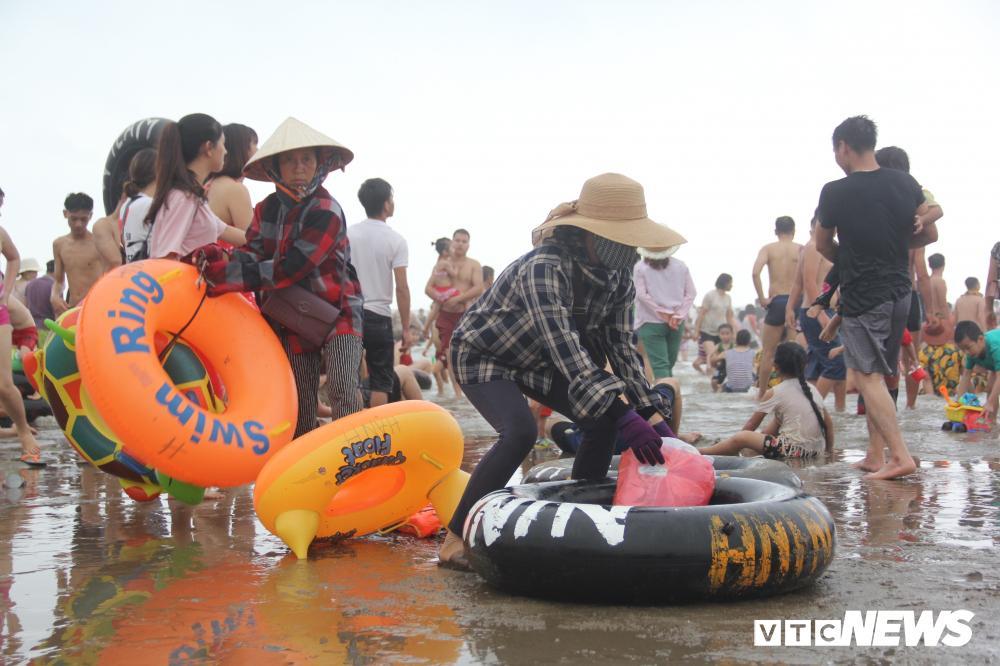 Biển Sầm Sơn đục ngầu, hàng vạn người vẫn chen chúc xuống tắm Ảnh 11