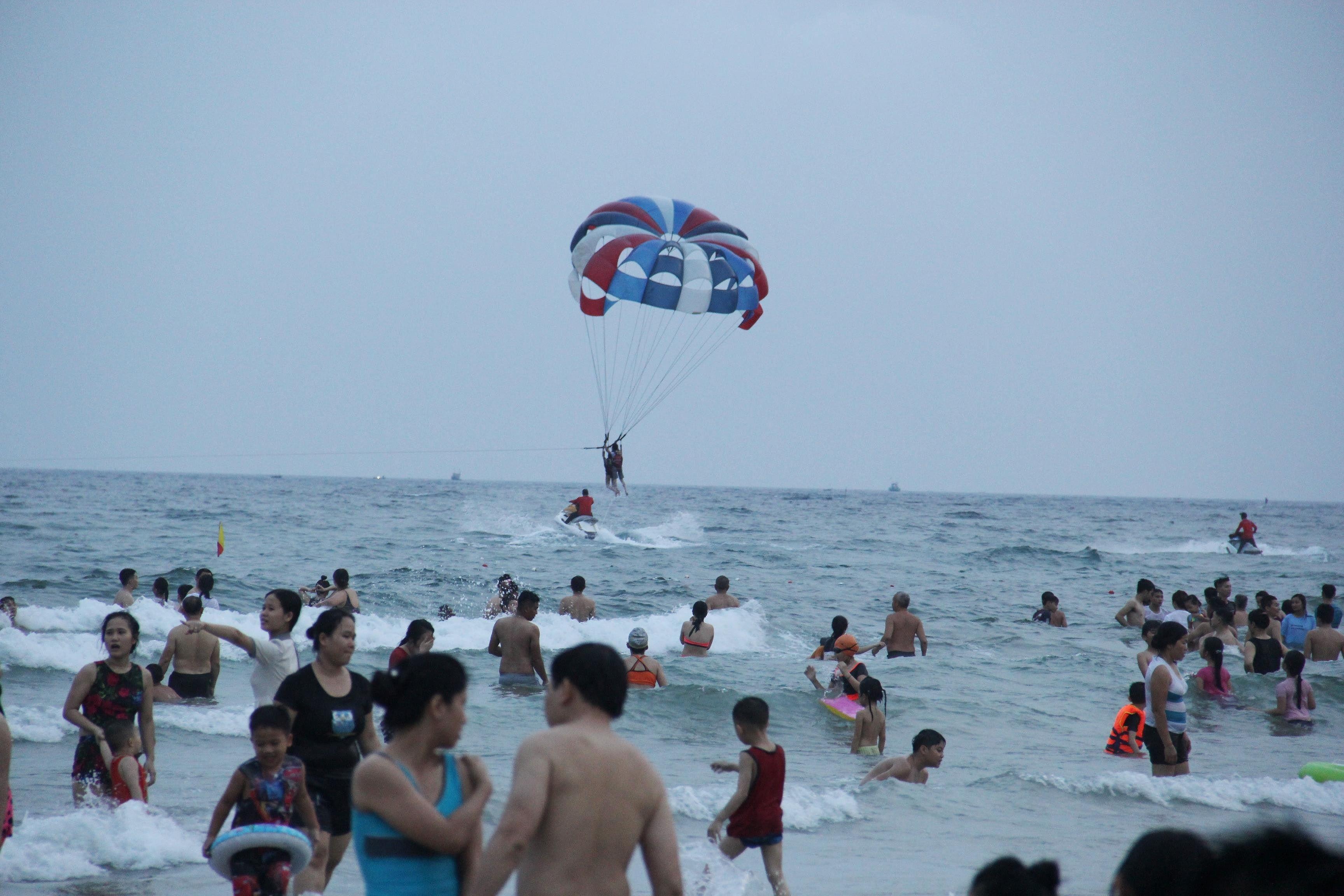 Hàng ngàn du khách đổ về bãi biển 'đẹp nhất hành tinh' Đà Nẵng Ảnh 5