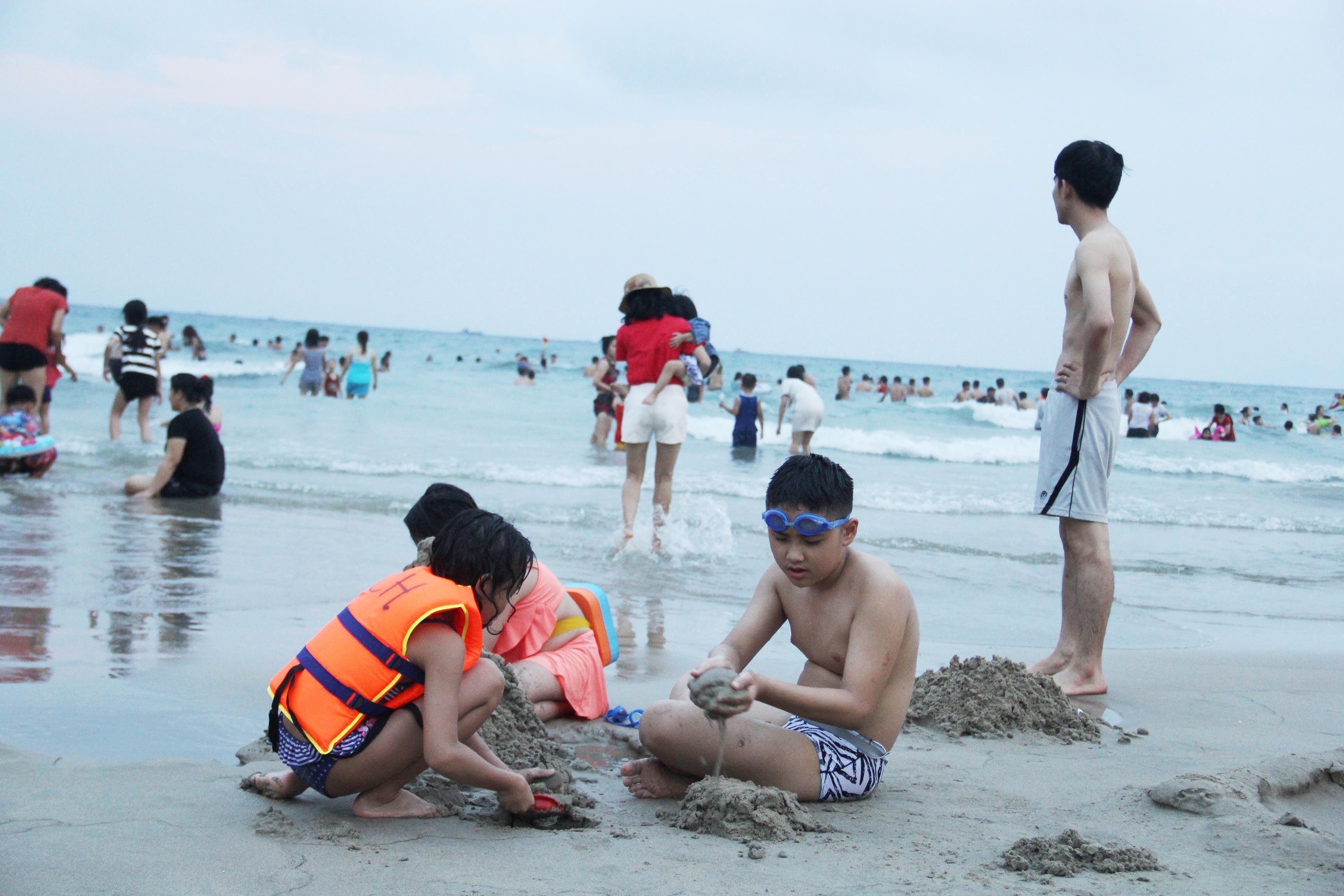 Hàng ngàn du khách đổ về bãi biển 'đẹp nhất hành tinh' Đà Nẵng Ảnh 4
