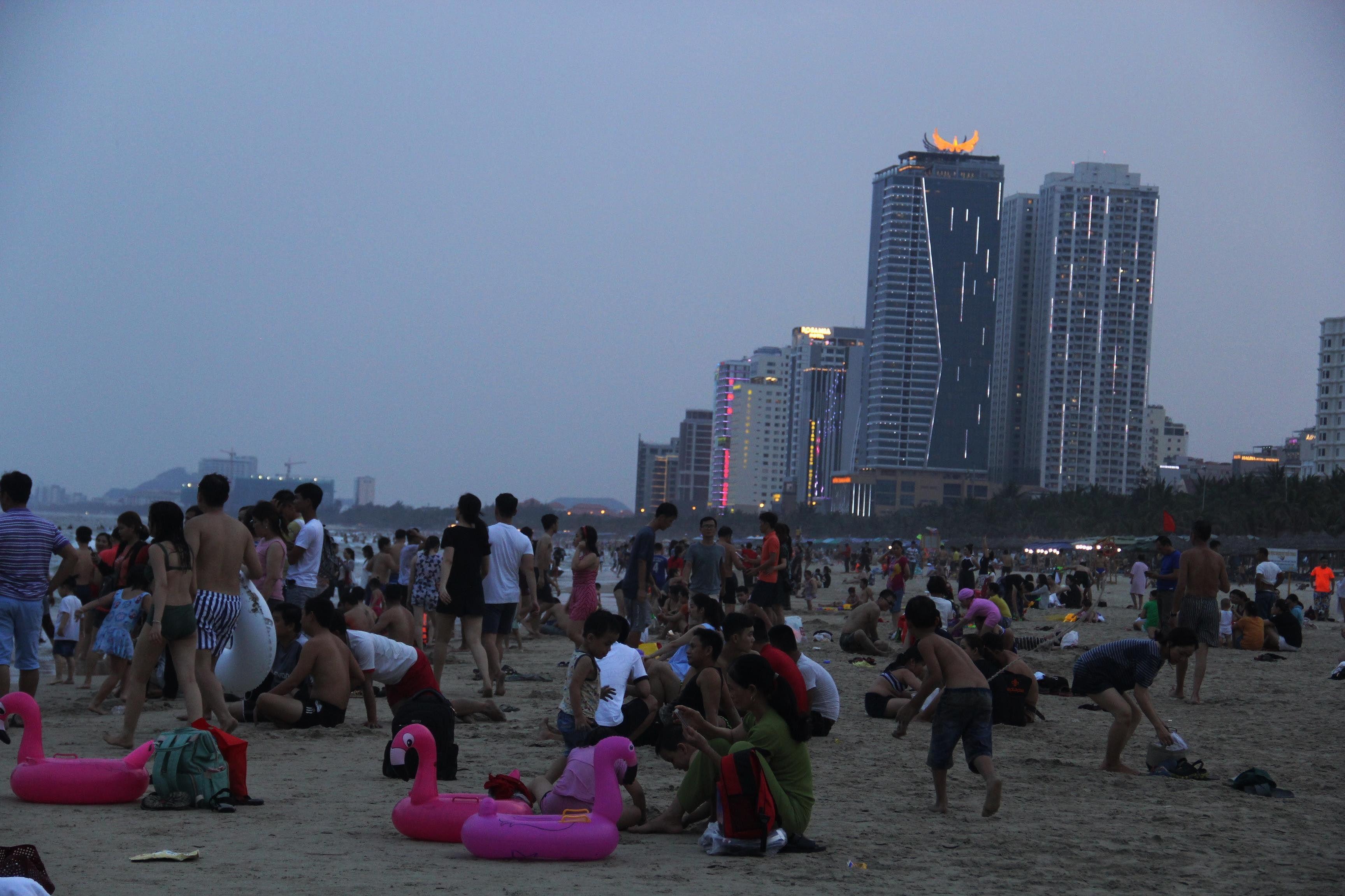 Hàng ngàn du khách đổ về bãi biển 'đẹp nhất hành tinh' Đà Nẵng Ảnh 6