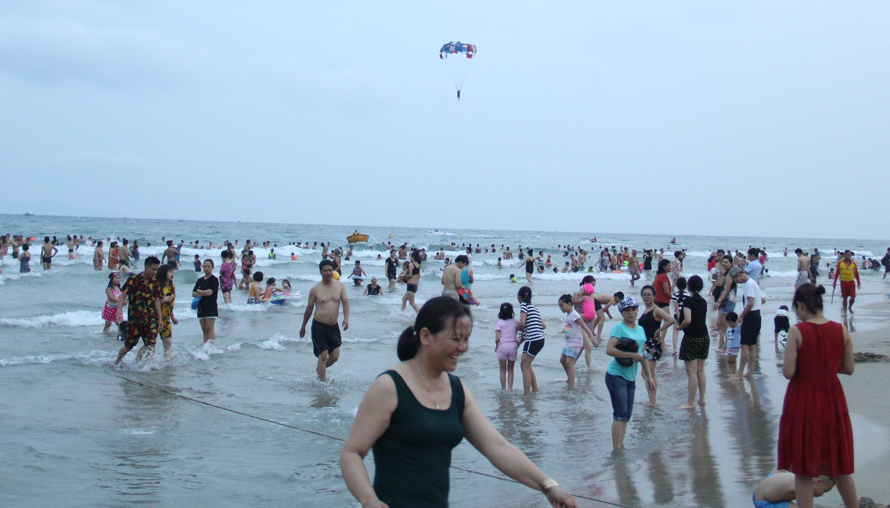 Hàng ngàn du khách đổ về bãi biển 'đẹp nhất hành tinh' Đà Nẵng Ảnh 2