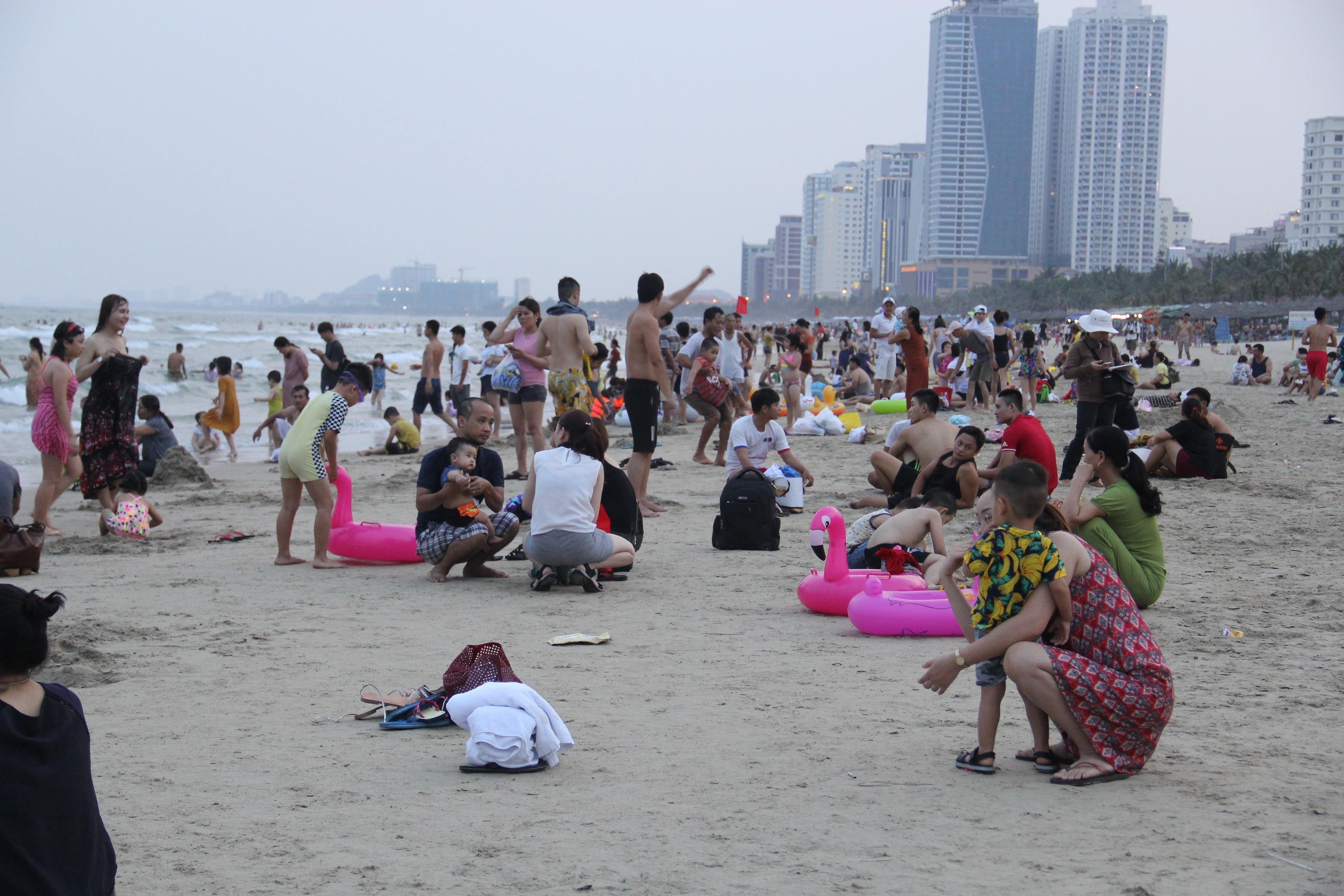 Hàng ngàn du khách đổ về bãi biển 'đẹp nhất hành tinh' Đà Nẵng Ảnh 3