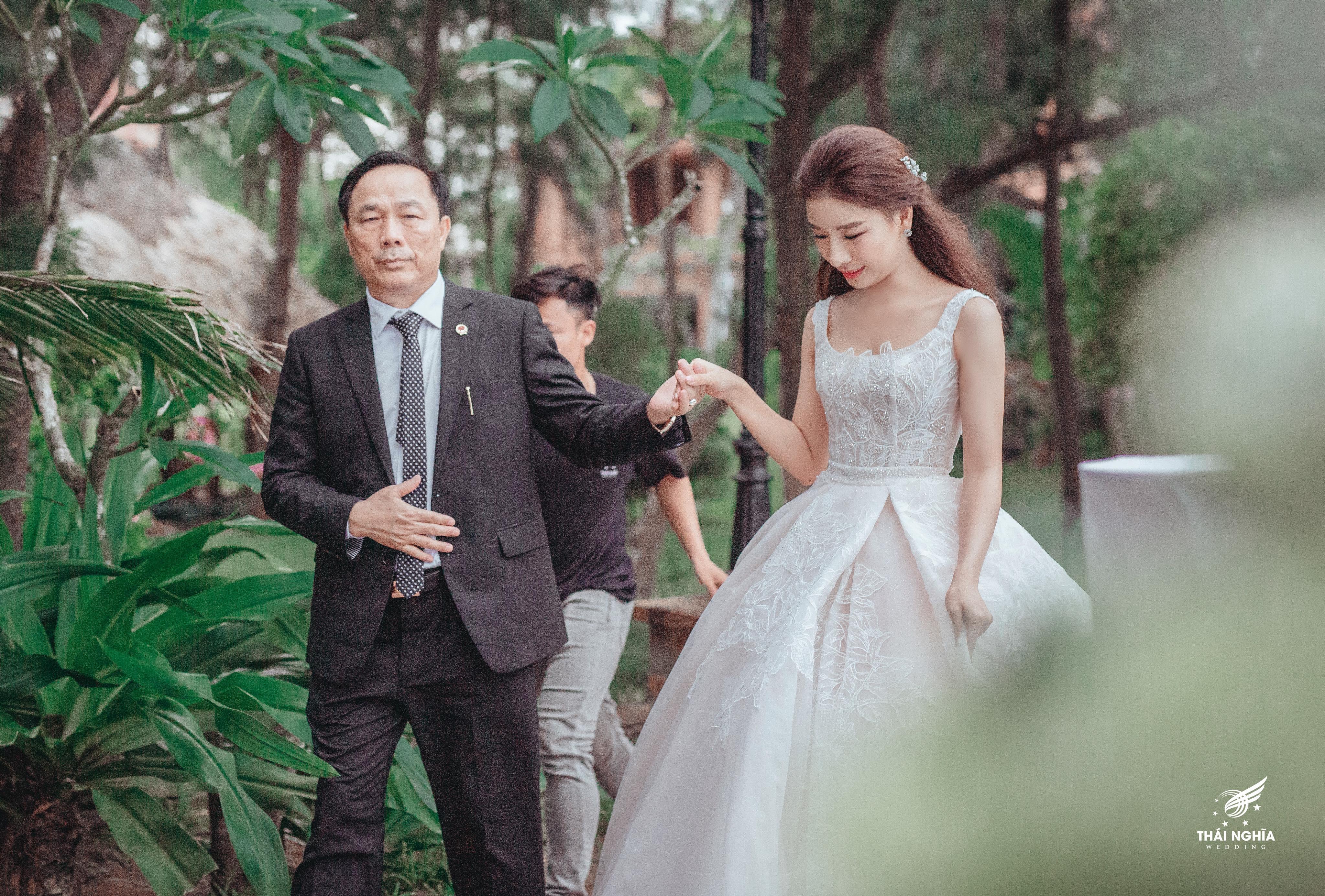 NTK váy cưới của 'ái nữ' bầu Đệ: 'Nhận được đầm cưới, cô dâu đã bật khóc'! Ảnh 2