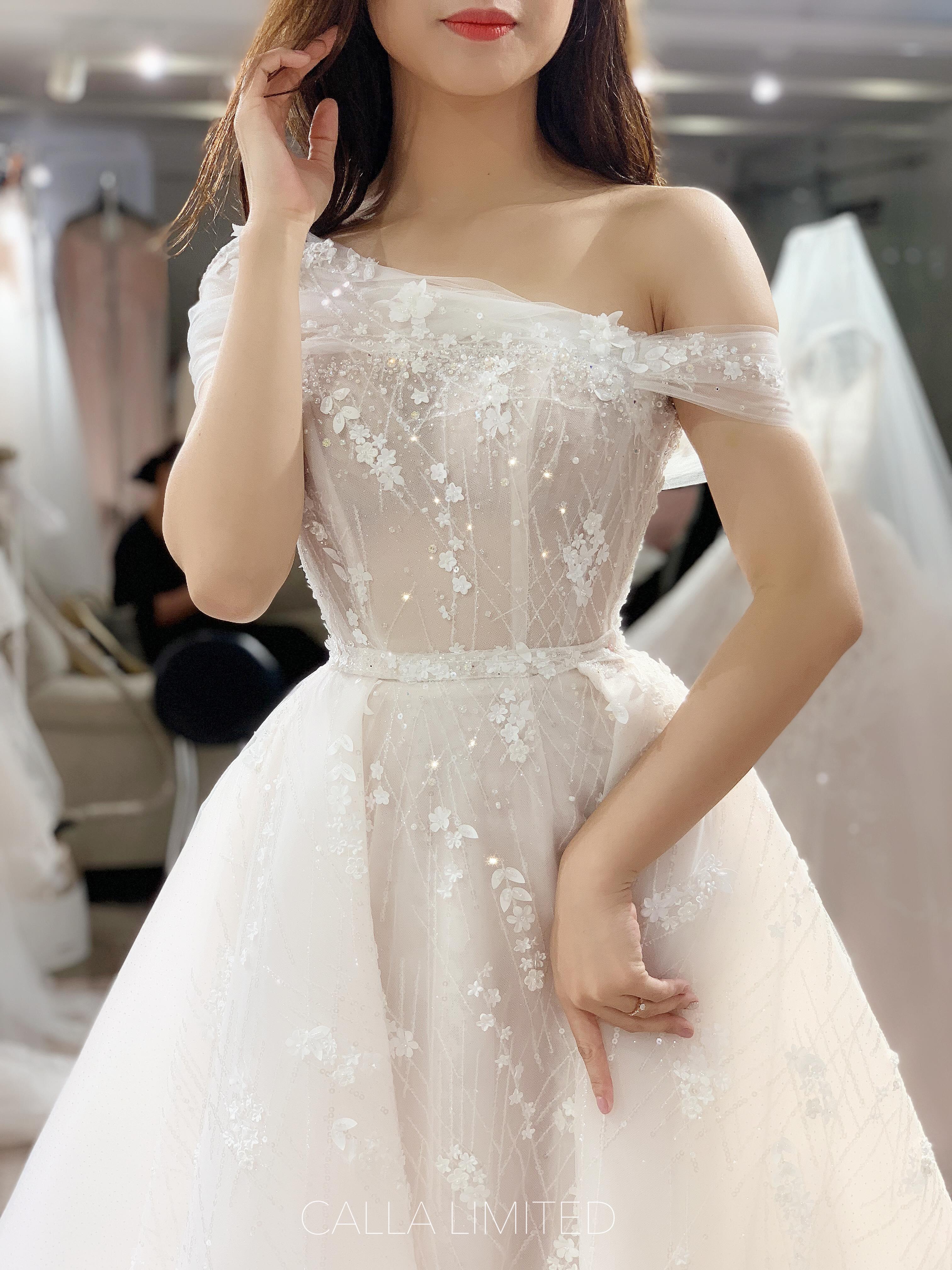 NTK váy cưới của 'ái nữ' bầu Đệ: 'Nhận được đầm cưới, cô dâu đã bật khóc'! Ảnh 4
