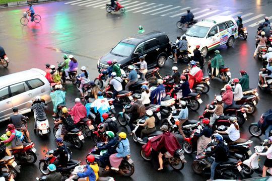 TP HCM: Hết lội nước, ngàn người tiếp tục bơ phờ bởi kẹt xe sau mưa lớn Ảnh 5