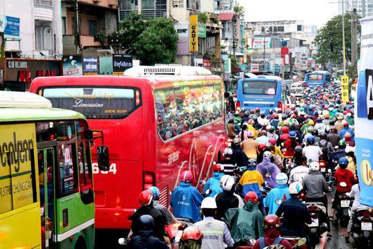 TP HCM: Hết lội nước, ngàn người tiếp tục bơ phờ bởi kẹt xe sau mưa lớn Ảnh 3