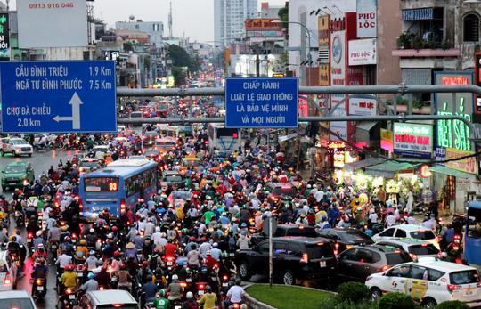 TP HCM: Hết lội nước, ngàn người tiếp tục bơ phờ bởi kẹt xe sau mưa lớn Ảnh 1