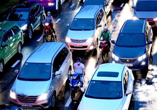 TP HCM: Hết lội nước, ngàn người tiếp tục bơ phờ bởi kẹt xe sau mưa lớn Ảnh 8