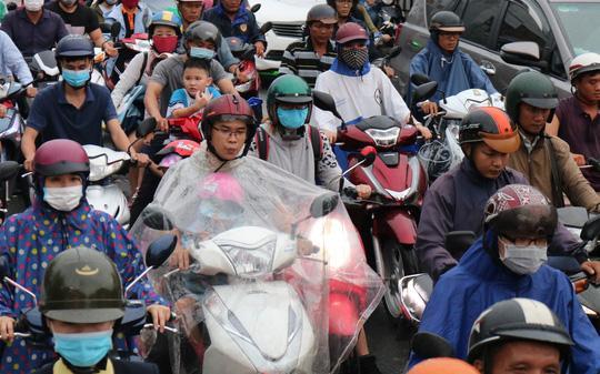 TP HCM: Hết lội nước, ngàn người tiếp tục bơ phờ bởi kẹt xe sau mưa lớn Ảnh 4