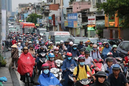 TP HCM: Hết lội nước, ngàn người tiếp tục bơ phờ bởi kẹt xe sau mưa lớn Ảnh 2