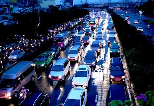 TP HCM: Hết lội nước, ngàn người tiếp tục bơ phờ bởi kẹt xe sau mưa lớn Ảnh 7