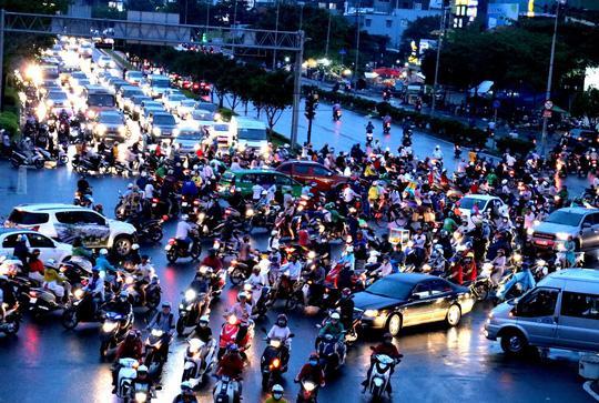 TP HCM: Hết lội nước, ngàn người tiếp tục bơ phờ bởi kẹt xe sau mưa lớn Ảnh 9