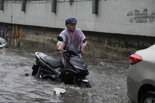 TP HCM: Hết lội nước, ngàn người tiếp tục bơ phờ bởi kẹt xe sau mưa lớn Ảnh 11