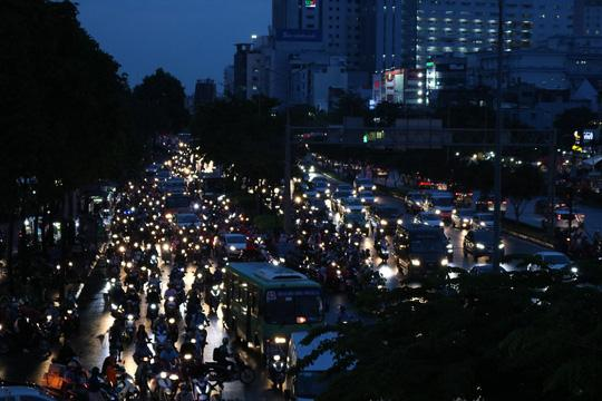 TP HCM: Hết lội nước, ngàn người tiếp tục bơ phờ bởi kẹt xe sau mưa lớn Ảnh 10