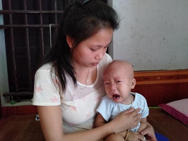 Bị u não ác tính, bé trai 3 tuổi liệt cả hai chân Ảnh 1