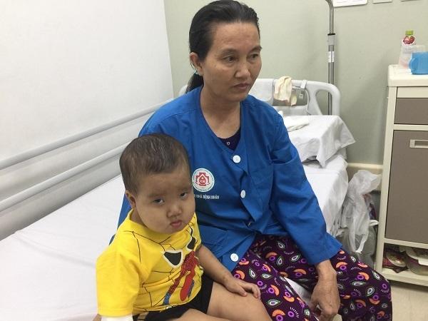 Bị u não ác tính, bé trai 3 tuổi liệt cả hai chân Ảnh 2