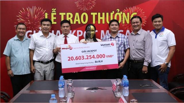 Một phụ nữ mua 40.000 đồng vé số và trúng độc đắc hơn 20 tỷ đồng Ảnh 1