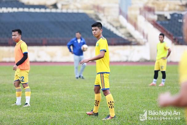 Sông Lam Nghệ An đôn 2 cầu thủ trẻ lên tập luyện Ảnh 1