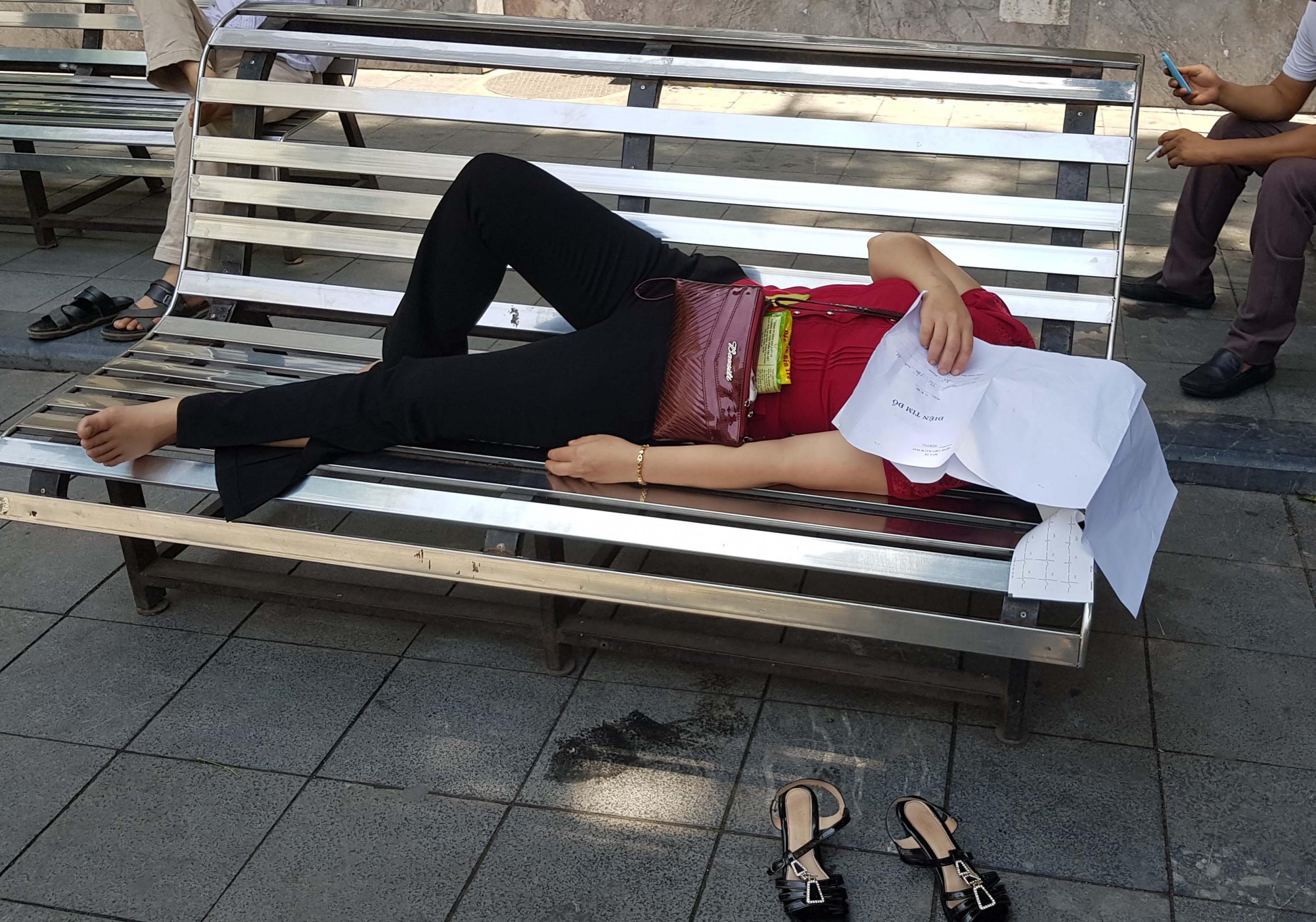 Người nhà bệnh nhân vạ vật trong nắng nóng ở Hà Nội Ảnh 4