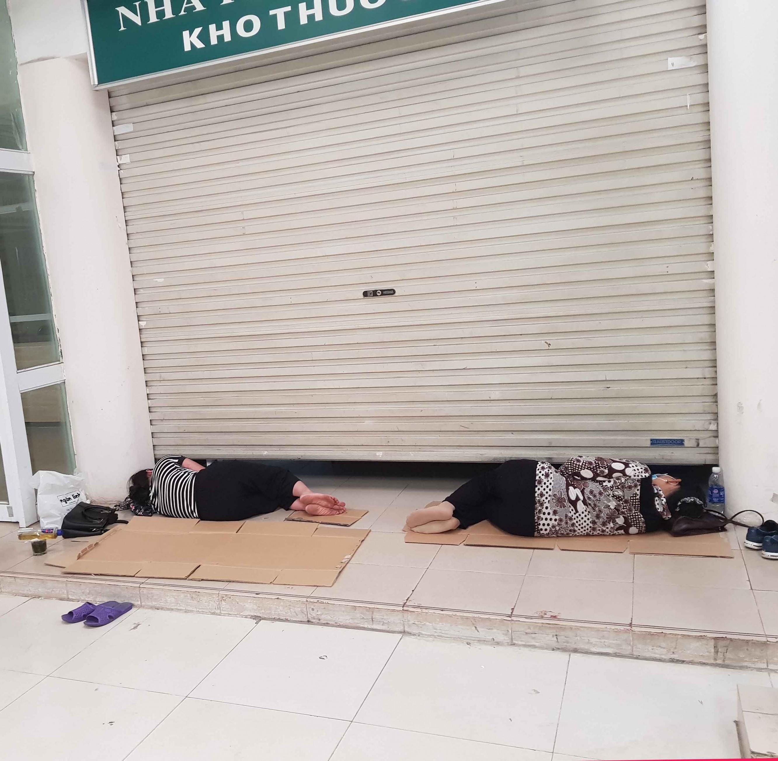 Người nhà bệnh nhân vạ vật trong nắng nóng ở Hà Nội Ảnh 3