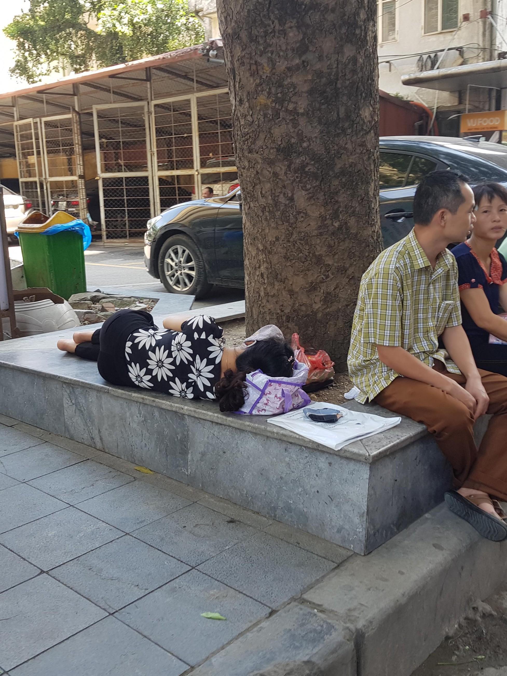 Người nhà bệnh nhân vạ vật trong nắng nóng ở Hà Nội Ảnh 5