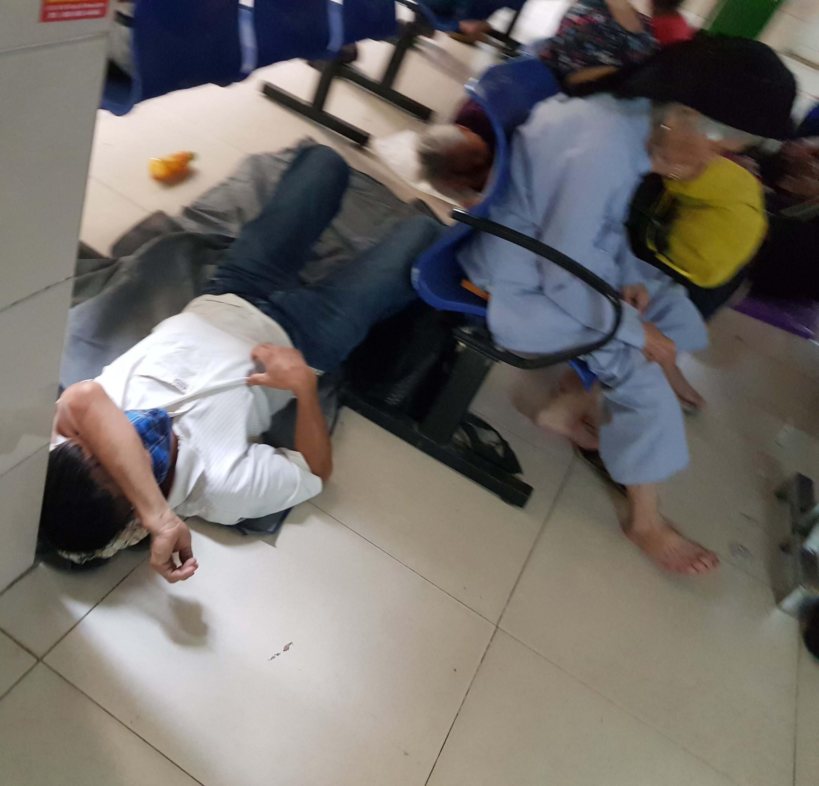 Người nhà bệnh nhân vạ vật trong nắng nóng ở Hà Nội Ảnh 2