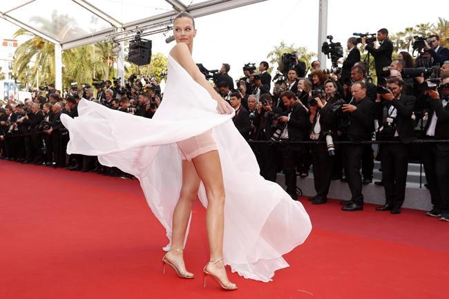 Chiêu mặc hở hang, rẻ tiền để nổi tiếng của sao vô danh trên thảm đỏ Cannes 2019 Ảnh 6