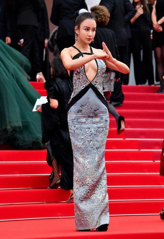 Chiêu mặc hở hang, rẻ tiền để nổi tiếng của sao vô danh trên thảm đỏ Cannes 2019 Ảnh 8