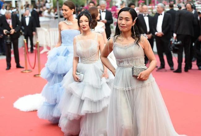 Chiêu mặc hở hang, rẻ tiền để nổi tiếng của sao vô danh trên thảm đỏ Cannes 2019 Ảnh 15
