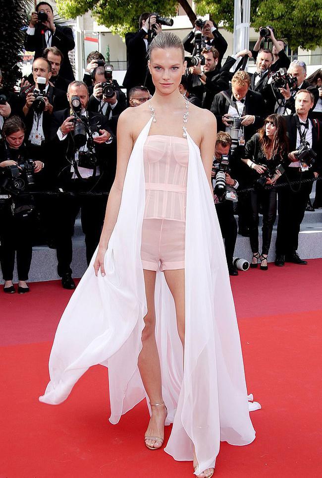Chiêu mặc hở hang, rẻ tiền để nổi tiếng của sao vô danh trên thảm đỏ Cannes 2019 Ảnh 5